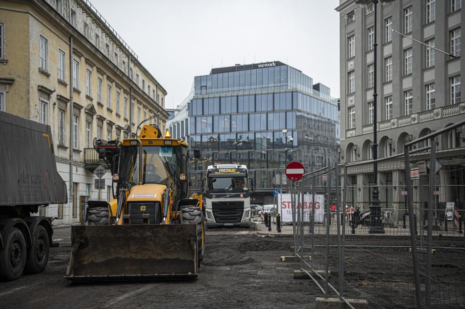 W centrum Warszawy więcej miejsca dla pieszych i rowerzystów. Zieleń kosztem betonu