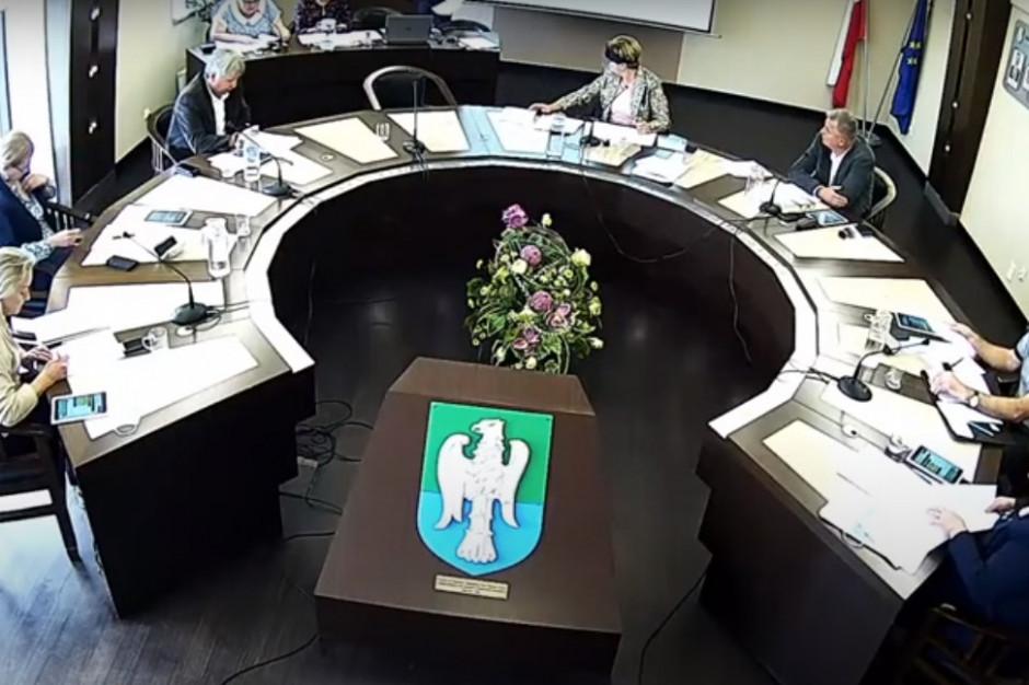Wygaszenie mandatu radnego z uwagi na prowadzenie działalności. Różne opinie wojewody i sądu
