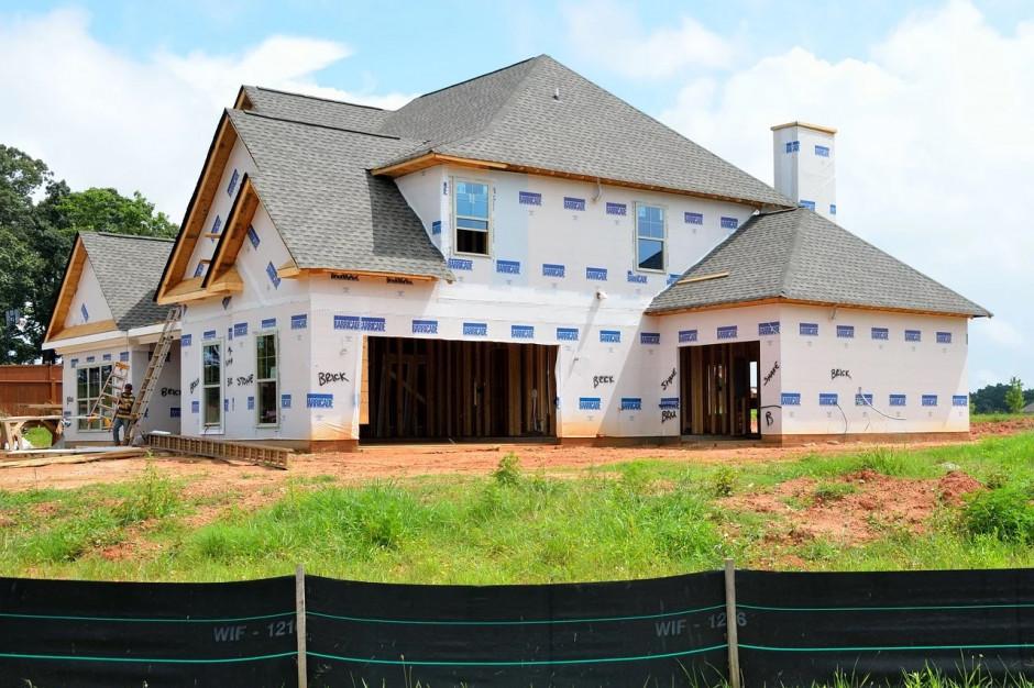 Domy bez pozwolenia. Wymóg decyzji o warunkach zabudowy wypacza sens projektu