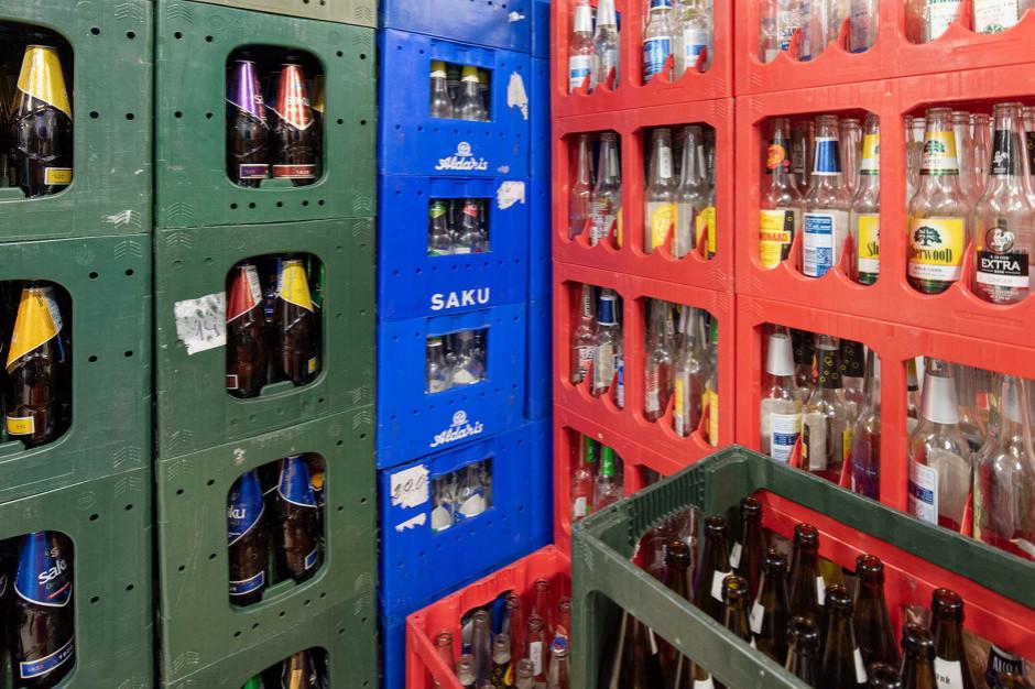 Polacy chcą kaucji na butelki i puszki. Kiedy się doczekamy systemu depozytowego?