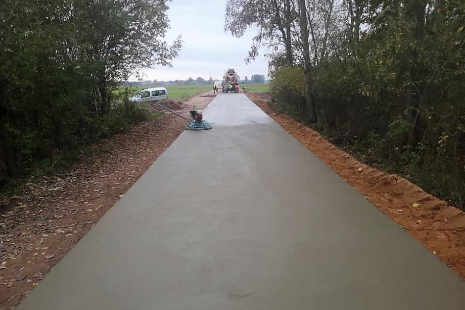 Sami produkują beton i budują z niego drogi. Śmiały pomysł podlaskiej gminy