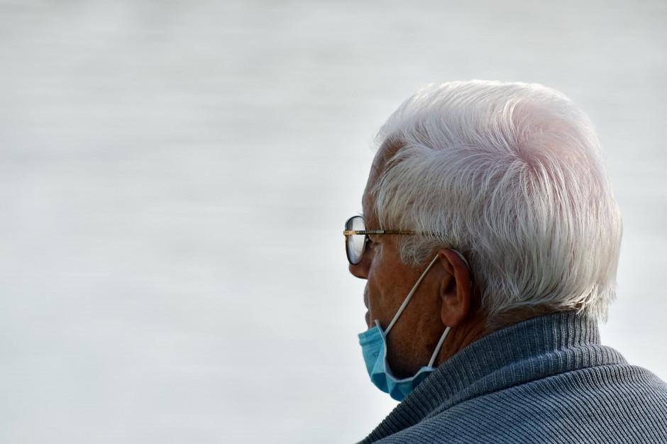 Pandemia COVID-19 mocno poturbowała seniorów. Są dane