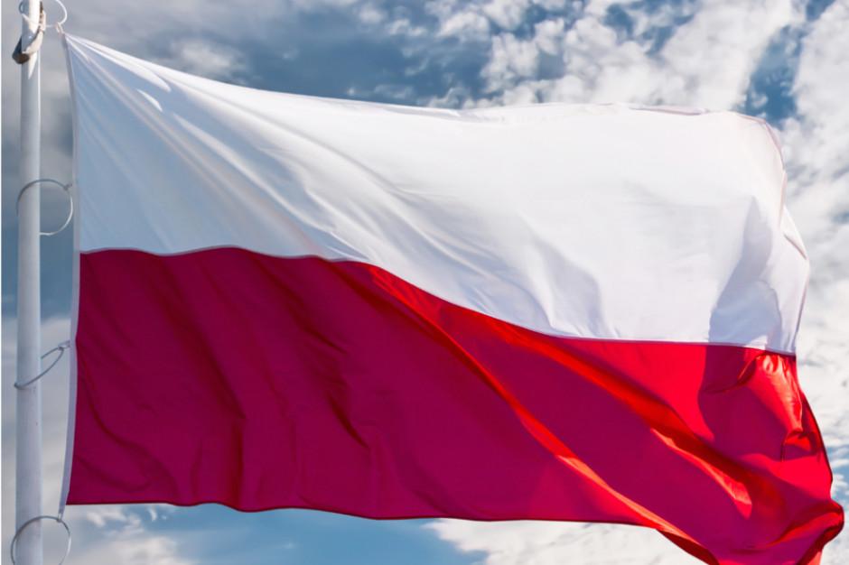 Jesteśmy dumni z polskiej flagi, ale na szortach jej nie chcemy