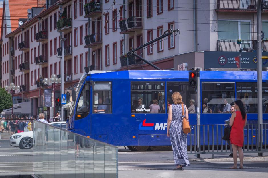 Nowe przepisy ruchu drogowego nie dają pieszym pierwszeństwa przed tramwajem