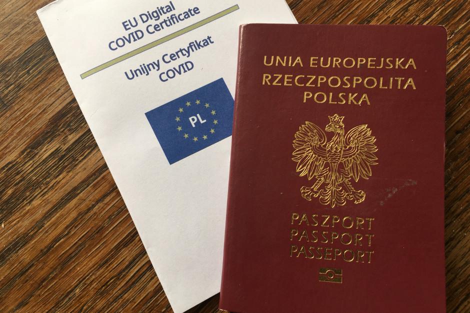 Po dwóch szczepieniach i bez paszportu. Taki problem mają setki Polaków