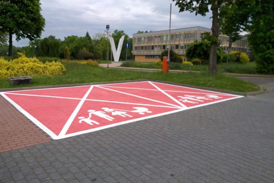Różowe parkingi dla ciężarnych i rodzin z dziećmi. Czy to się sprawdzi?