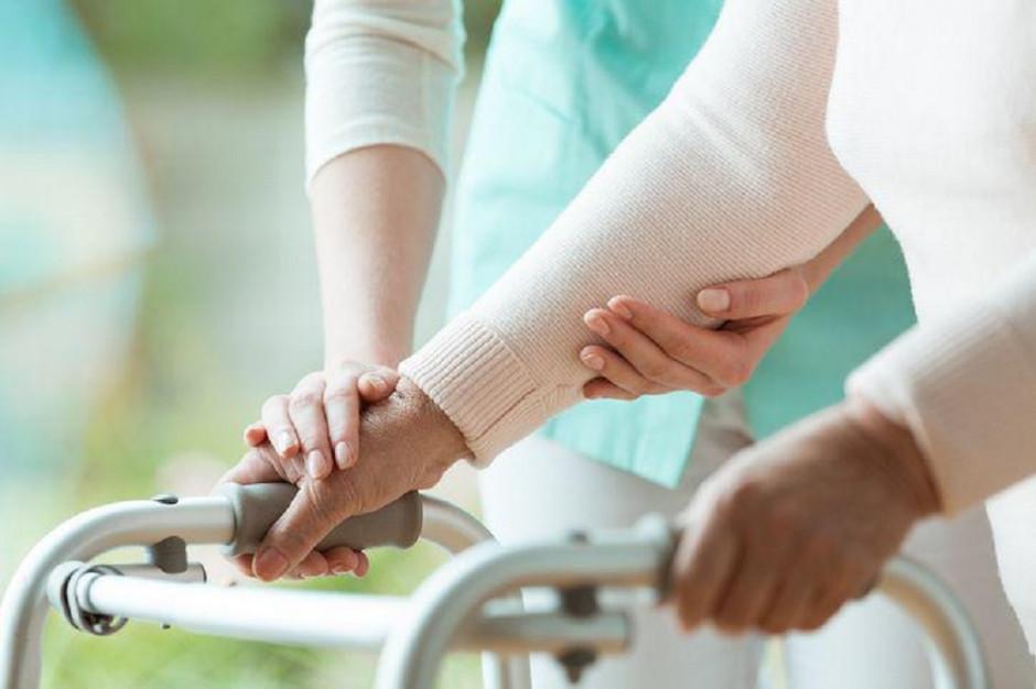 Pielęgniarki w domach pomocy społecznej zarabiają jeszcze mniej niż w służbie zdrowia