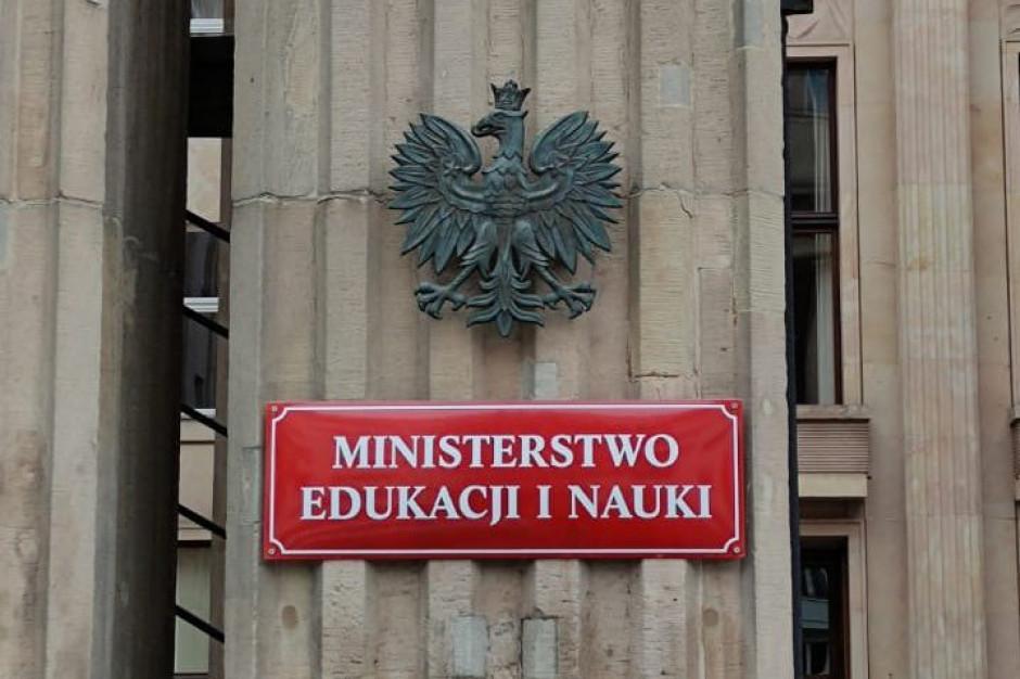 """""""Władca Pierścieni"""" i Jan Paweł II na nowej liście lektur. Są propozycje MEiN"""