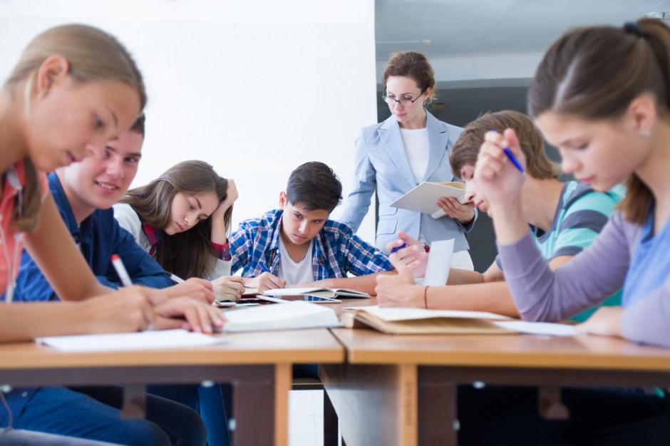 """Podwyżki dla nauczycieli w 2022 roku. """"Rezerwa w budżecie o połowę za mała"""""""