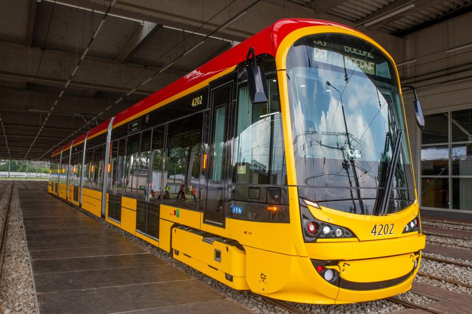 """Nowe warszawskie tramwaje nie mieszczą się na przystankach. """"Nie ma tu żadnej pomyłki"""""""