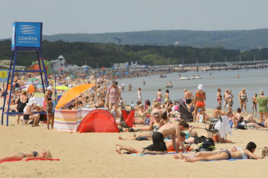 Polacy na wakacjach: za parawanami, ale bez maseczek