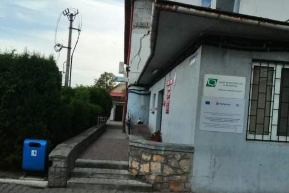 Bocian chciał wejść do urzędu gminy. Niestety było nieczynne