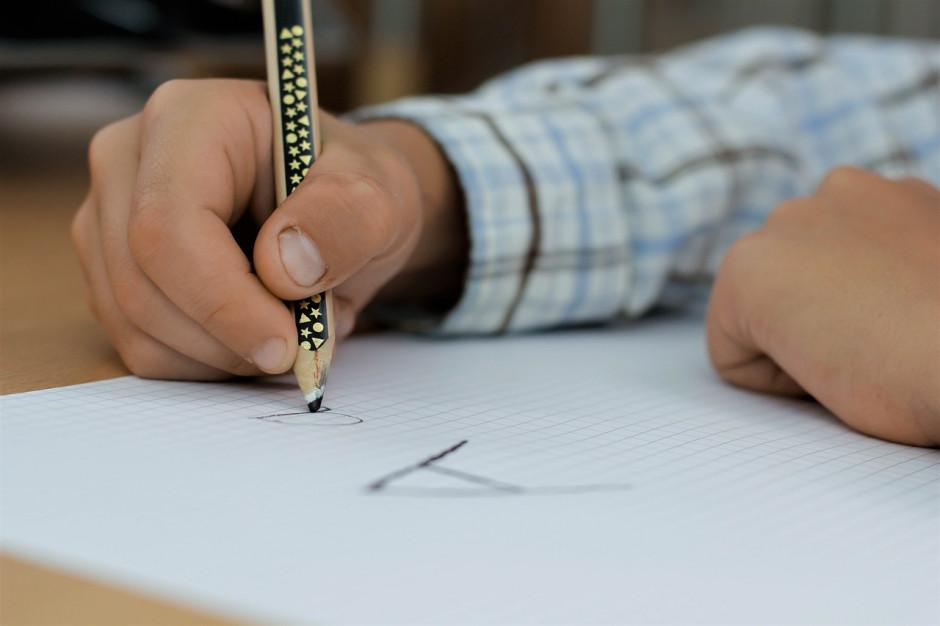 Likwidacje szkół i przejmowanie uczniów pod większą kontrolą kuratorów