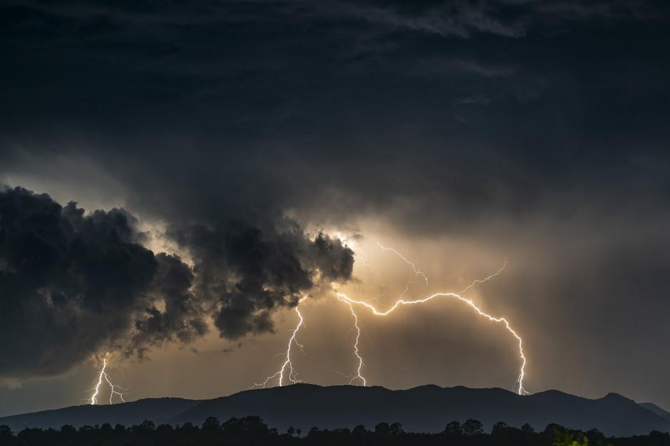 Uszkodzone linie energetyczne i dachy po burzach w Wielkopolsce