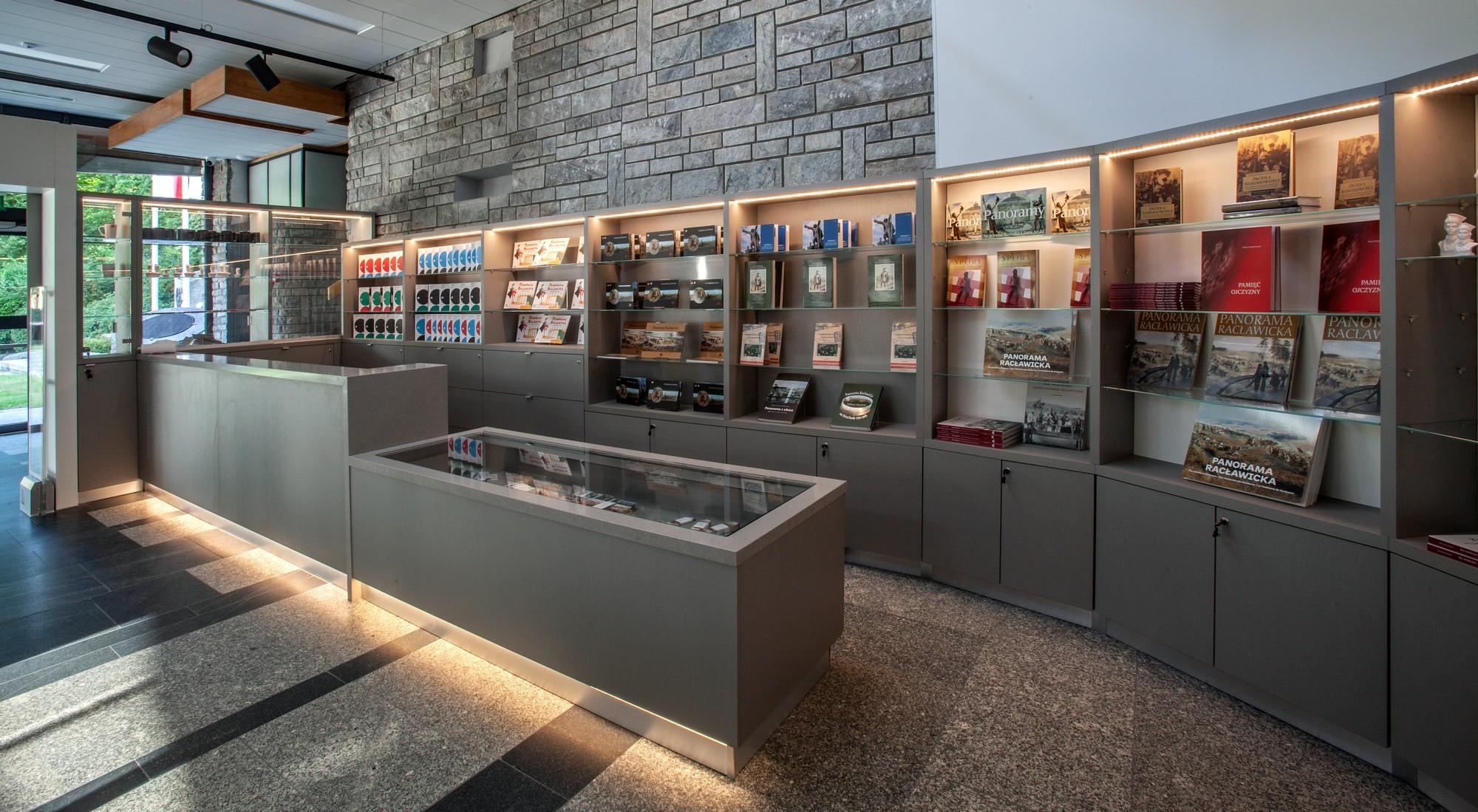 Przearanżowano przestrzeń holu wejściowego, gdzie powstał nowy sklep muzealny. fot. UMWDŚ