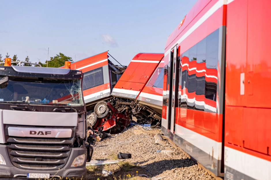 Zderzenie ciężarówki z pociągiem w Kołbaskowie. Tory uszkodzone [ZDJĘCIA]