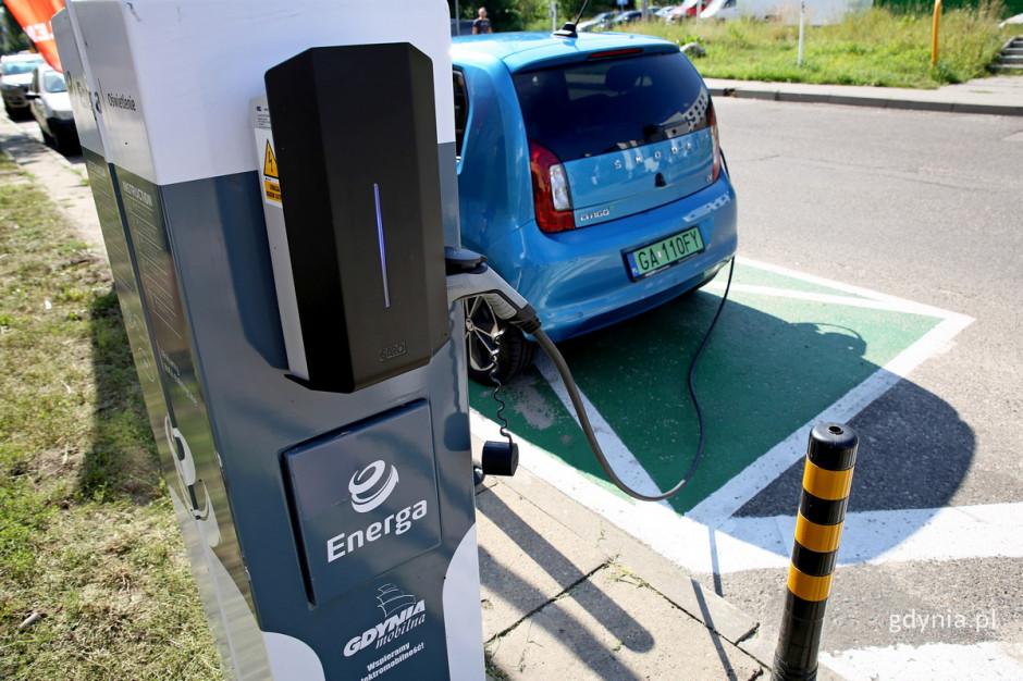 Gdynia rozpoczyna pilotaż ładowania aut elektrycznych na słupach oświetleniowych