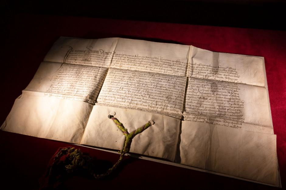 Muzeum w Łodzi zaprezentowało przywilej renowacyjny z 1433 roku