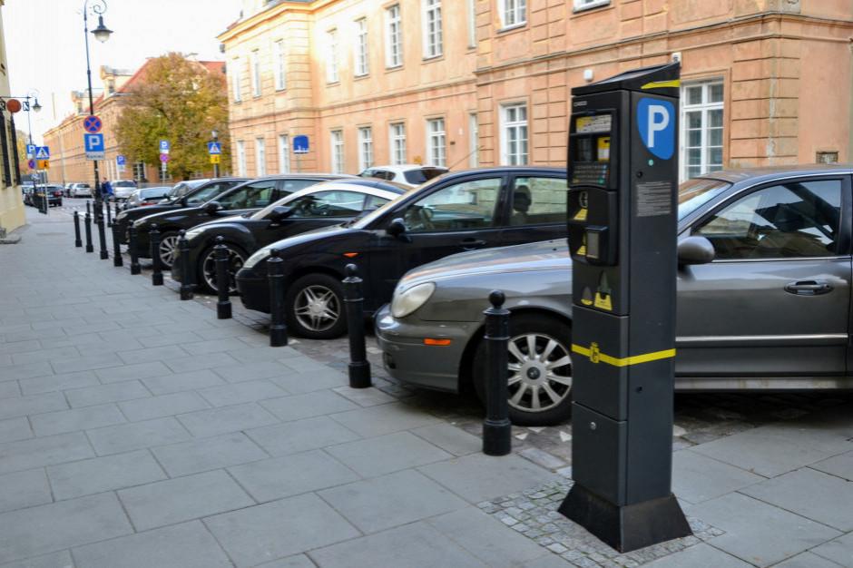Kierowcy zostawiają coraz więcej pieniędzy w miejskich parkomatach