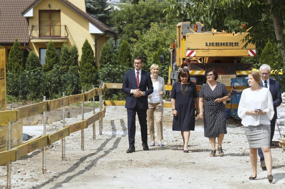 Budowę Domu Opieki Wyręczającej we Wrocławiu odwiedził Premier