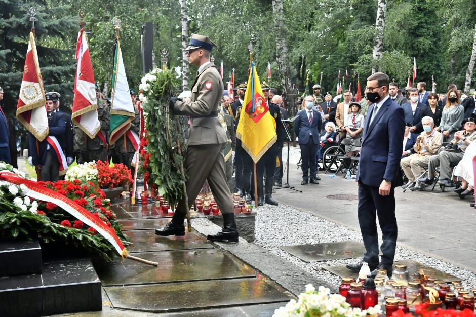 """W godzinę """"W"""" przed pomnikiem Gloria Victis oddano hołd powstańcom warszawskim"""