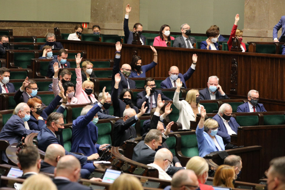 Kiedy Sejm zajmie się projektami PiS i KO dotyczących wynagrodzeń?