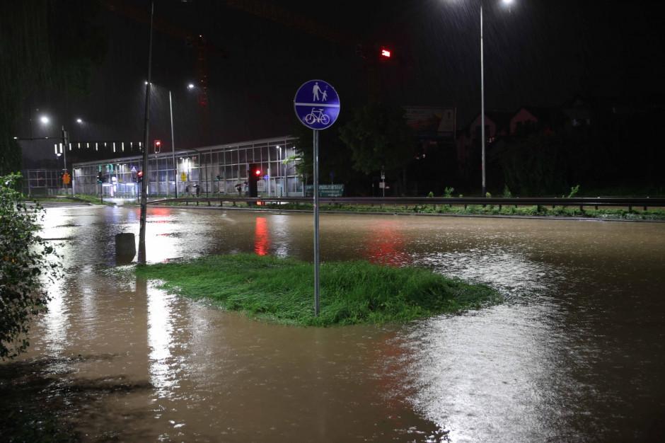 Ulewy w Krakowie - tysiąc zgłoszeń do straży, ewakuacje
