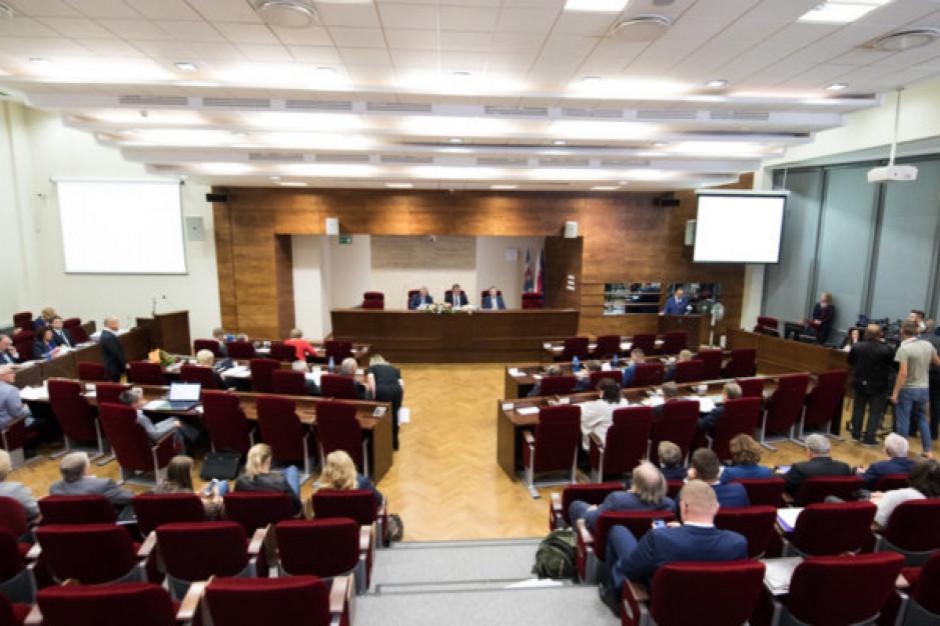 Samorządowcy za ograniczeniem wpływu rad na wynagrodzenie włodarzy