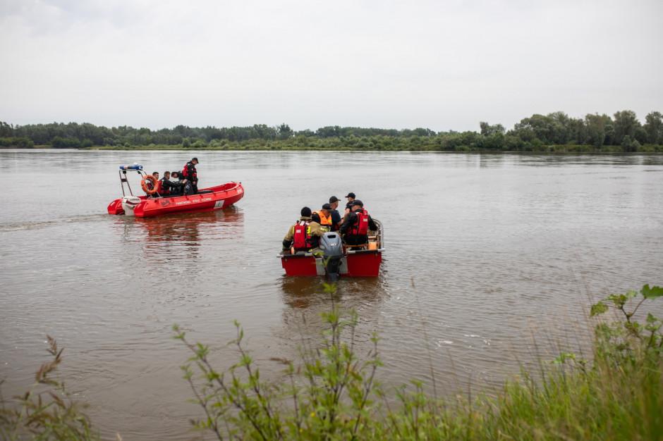Już kilkanaście łodzi poszukuje starosty, który wpadł do Wisły