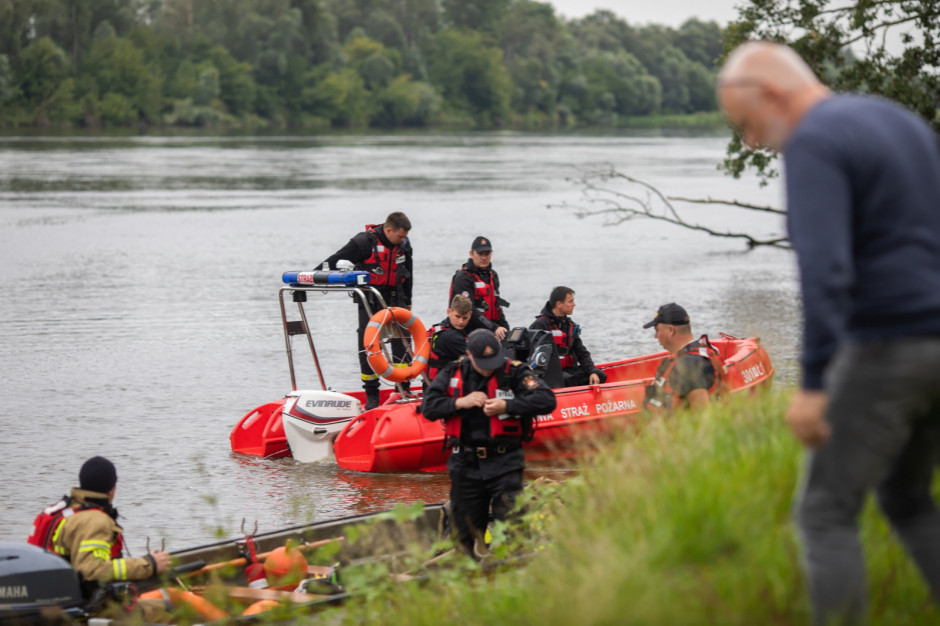 Płock: Śledztwo w sprawie wypadku łodzi na Wiśle z udziałem starosty - jego poszukiwania nadal trwają