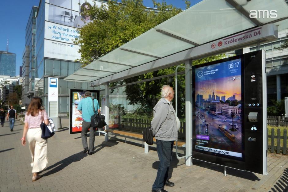 Mapa autobusów i tramwajów plus reklamy. Na warszawskich przystankach montują ekrany