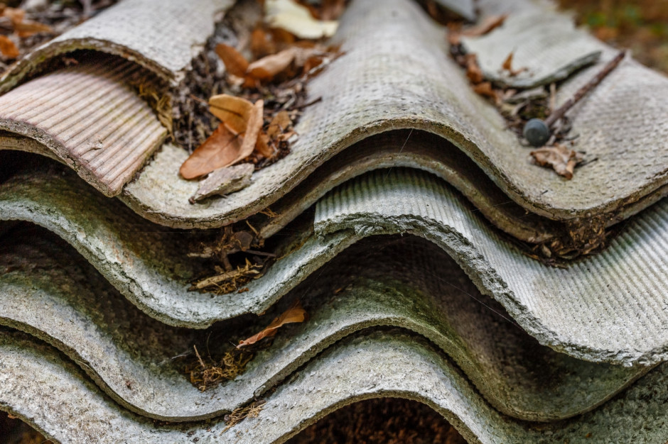 Azbest ze zniszczonych przez nawałnicę dachów gotowy do odbioru