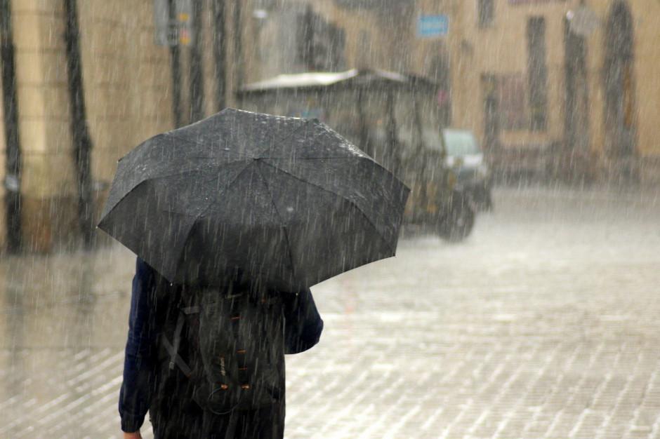 Przez Polskę znów przechodzą ulewy. Te miasta i regiony najbardziej zagrożone