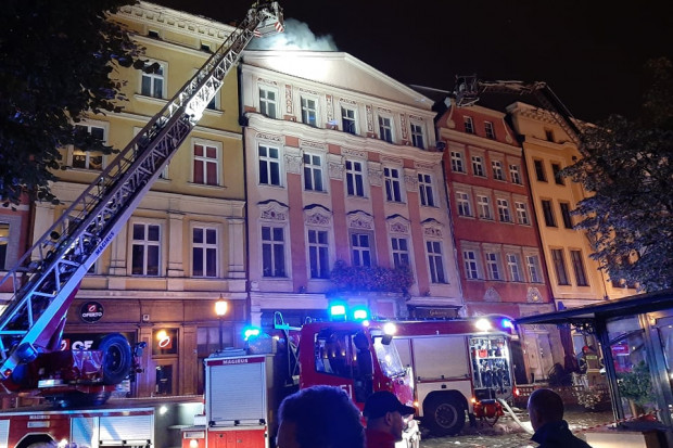 17 zastępów straży pożarnej walczyło  z pożarem w rynku (fot.UM Świdnica/ Wiktor Bąkiewicz i Daniel Gębala)