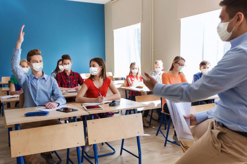 Większość przedszkoli, szkół podstawowych i średnich pracuje stacjonarnie