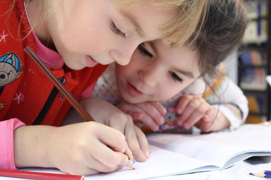 Niektóre klasy przechodzą na zdalne nauczanie, ale zdecydowana większość szkół działa stacjonarnie